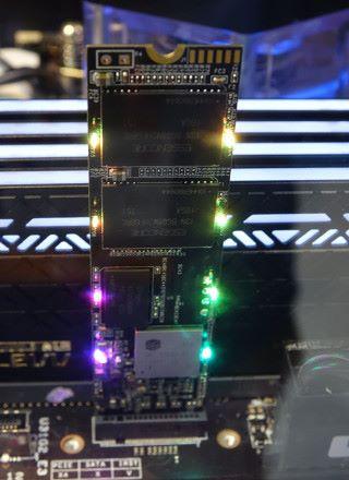 裸 PCB 的效果,可見 RGB M.2 的秘密在於 PCB 板上的 LED 燈。
