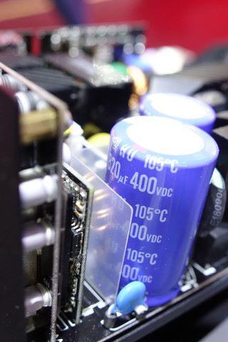 宣稱採用 100% 日系電容。圖中可見採用日立的大電容。
