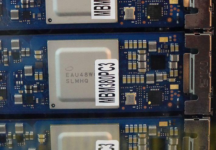 Intel M.2 Optane SSD 905P 上的控制晶片,上有金屬保護片提供少量散熱功能。