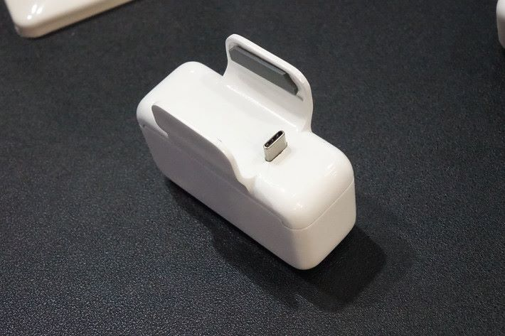 從這個角度可見概念 Smart Charger 的扣具