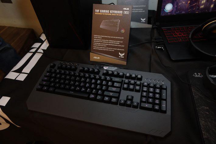 TUF Gaming K5 電競鍵盤,也支援 ASUS AURA Sync 功能