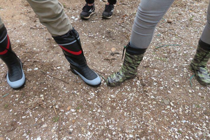備有防水的長靴供大家使用。