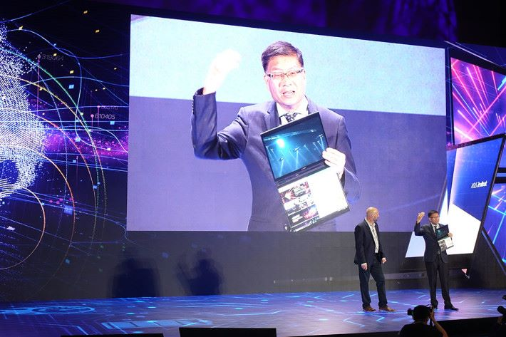 ASUS CEO 沈振來在 e21FORUM 中的 Intel 活動上介紹 Project PRECOG