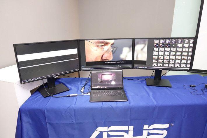 "ASUS 在會場將 ZenBook Pro 15 接駁 3 台顯示器( 2x USB-C Thunderbolt + HDMI ),若果連同 Notebook 上的 15.6"" 顯示屏及 5.5"" ScreenPad ,共有 5 個顯示之多。"