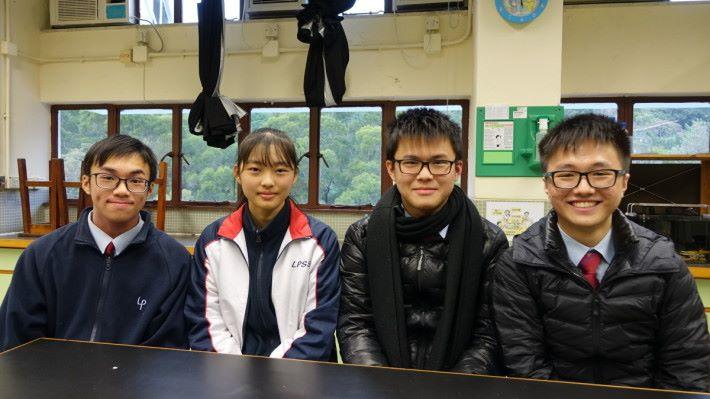 (左至右)聖公會李炳中學四位學生張舒恒、張文軒、鄭樂星和鍾百圖因應個人興趣,自行參與 DNA 納米研究科研課外活動。