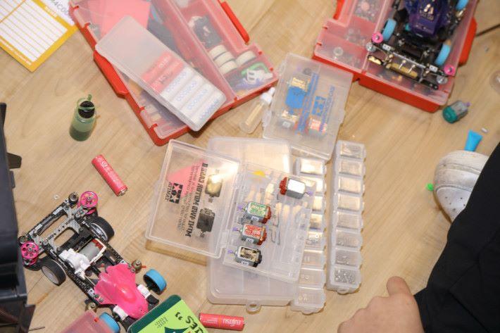 組裝玩具內有多個要點,當中所含知識甚多,但從玩具中學習原理,自然容易吸引學生。