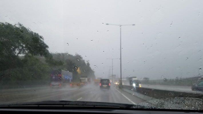 落雨揸車係種享受嚟嘅。