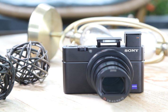 以呢個 Size 同重量嘅機仔有 24-200mm f/2.8-4.5 鏡頭,近萬銀究竟值唔值呢?