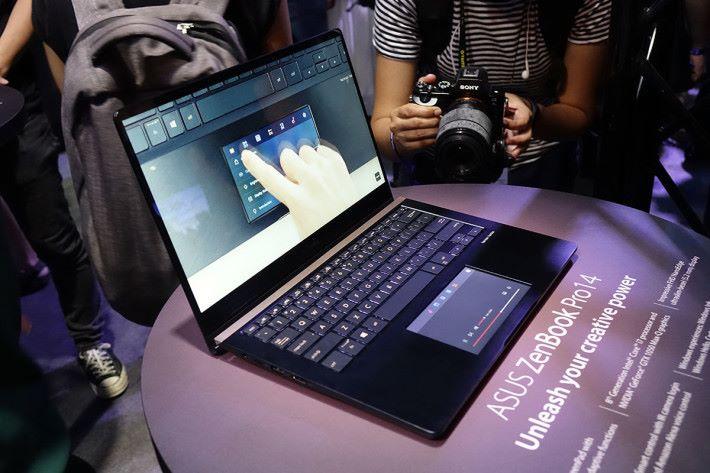 ASUS ZenBook Pro 14 。它也有 ZenBook S 的設計,揭開 Notebook 時屏幕可支撐整台 Notebook 升高,改進打字體驗及散熱性能。