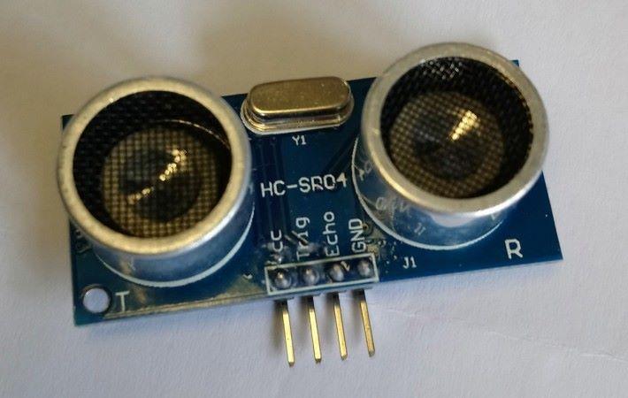 HC-SR04 超聲波傳感器。