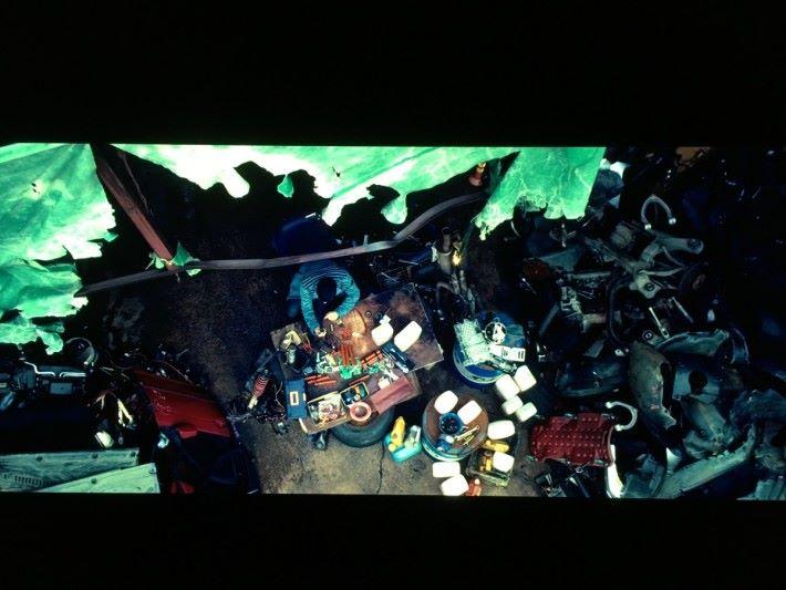 以 Dolby Vision 播放,廢車場裡灰黑的汽車零件明暗細節完全呈現。