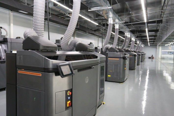 蘭灣智慧–惠普 3D 列印技術批量化定制中心」內安裝了 10 部 HP Multi Jet Fusion 3D 打印系統。