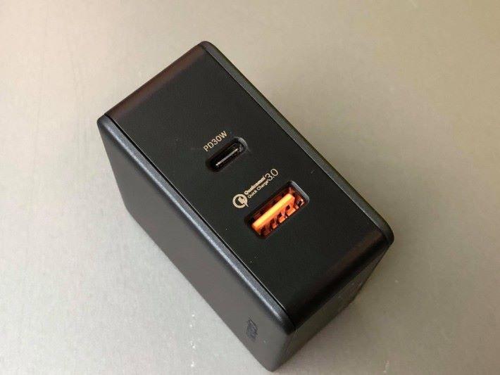 30W 輸出,支援 QC 及 PD 充電。