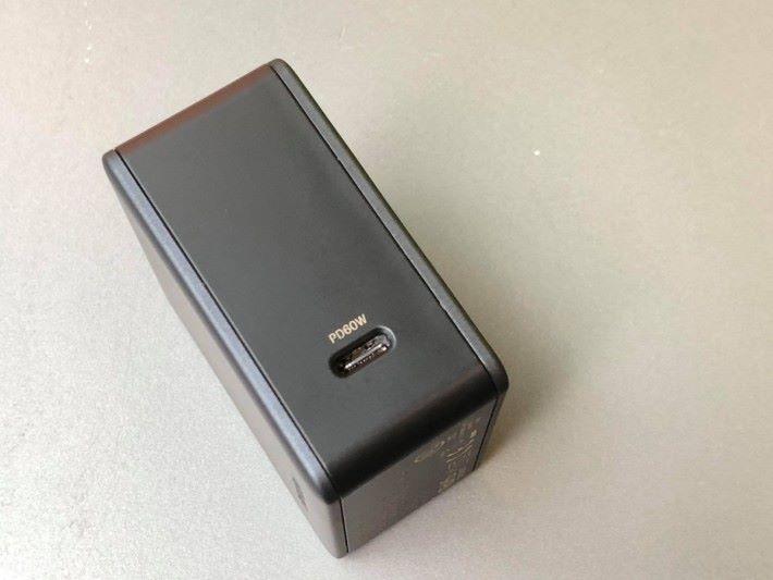 60W 輸出足夠為 MacBook Pro 供電。