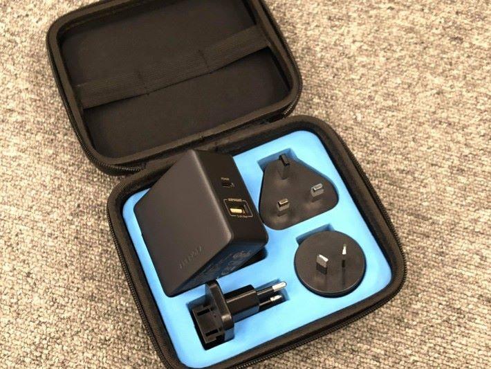 45W 輸出支援 AMP Smart充電,還有精美收納包
