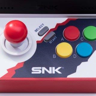 機上只有細小的單人搖桿按鈕,但可以外接最多兩個手掣來對戰。