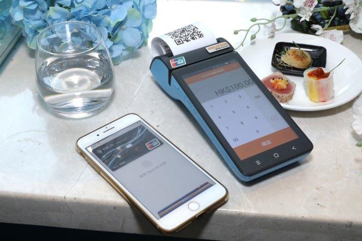左邊為 CamClaim 的 One2Paid 移動支付機,希望電子支付能在會展電腦節廣泛應用。