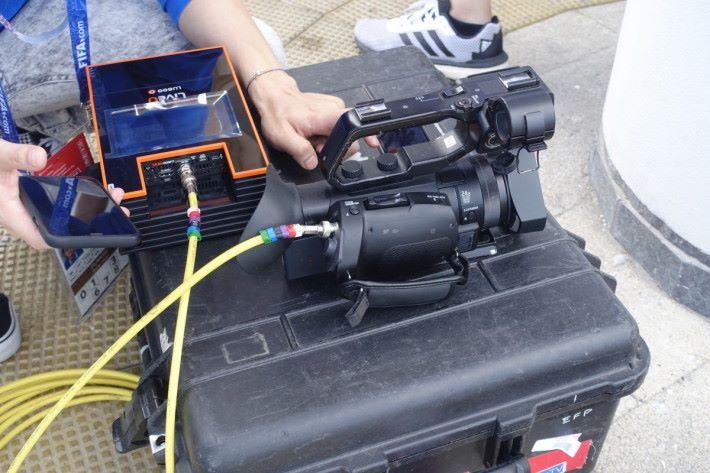 完成拍攝後,人員會將攝錄機的 Playback 影像輸入到 LiveU 直播裝置中,並將訊號透過流動網絡直送香港製作中心。