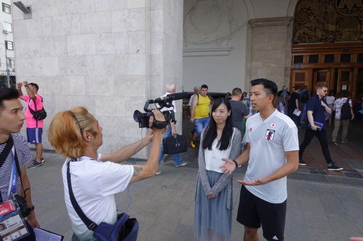 香港足球代表隊隊員謝德謙同一位俄羅斯達人 Caitlyn Wong 會於當地早上/中午拍攝,攝製人員當完成每個拍攝就會即時將影片送回香港,趕及在每晚時間播出。