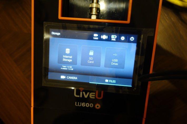 裝置可讓用戶選擇以內部檔案或讀取 SDXC 卡中的內容傳送。