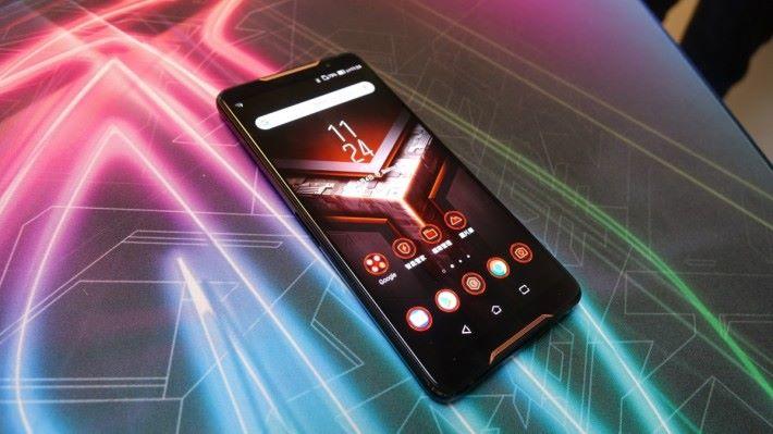 當手機主頁畫面變為紅色主題時,即代表啟動了 X Mode,灰色則為正常模式。