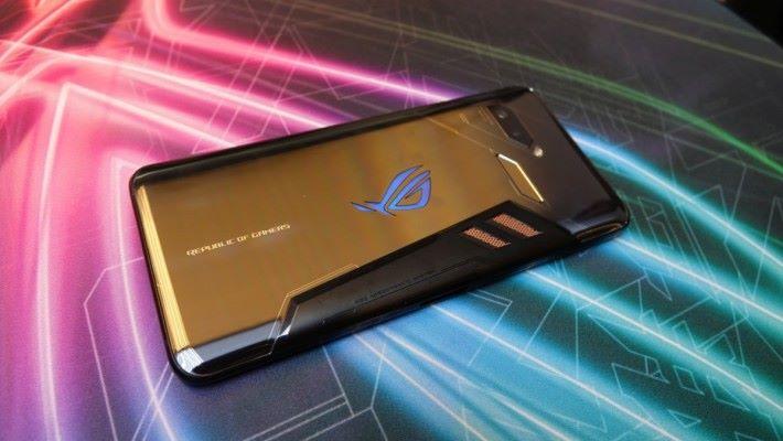 ROG Phone 的設計,很有電競電腦的感覺。