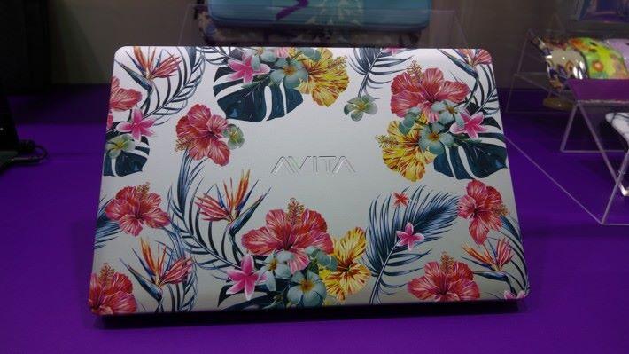 花紋圖案會印在機殼上,顏色鮮豔不暗淡,清晰細緻,品質比一般網購的 Notebook 貼紙高得多,更為耐用耐看。