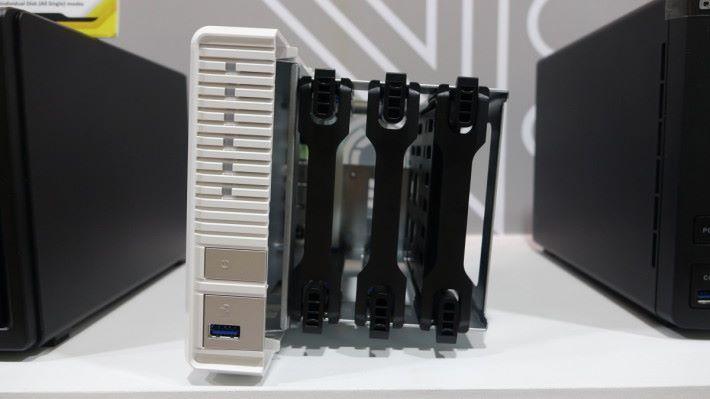 "TS-328 具備 3 個硬碟盤,左邊和中間的是 3.5"" Hard Disk,右邊則支援 3.5"" Hard Disk 或 2.5"" SSD 作 Cache,不論是 3.5"" 或 2.5"" 都無需螺絲批安裝,非常方便。"