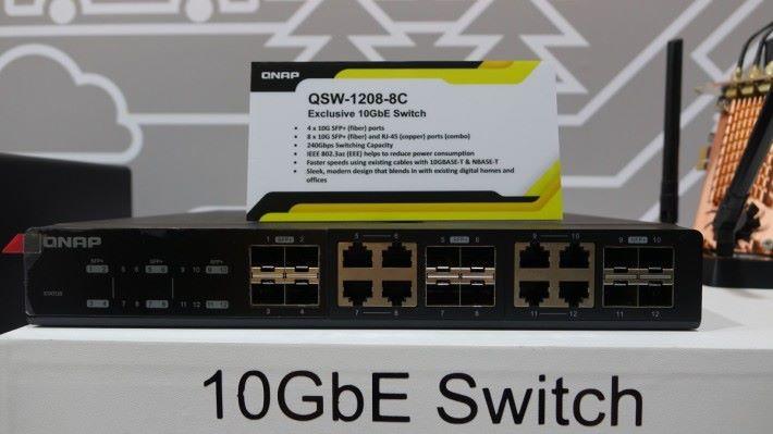 QSW-1208-8C Switch 具備 4 個純 SFP+ 10Gbps 光纖埠、以及 8 個 10Gbps SFP+ 光纖頭或 RJ-45 的「Combo」埠。