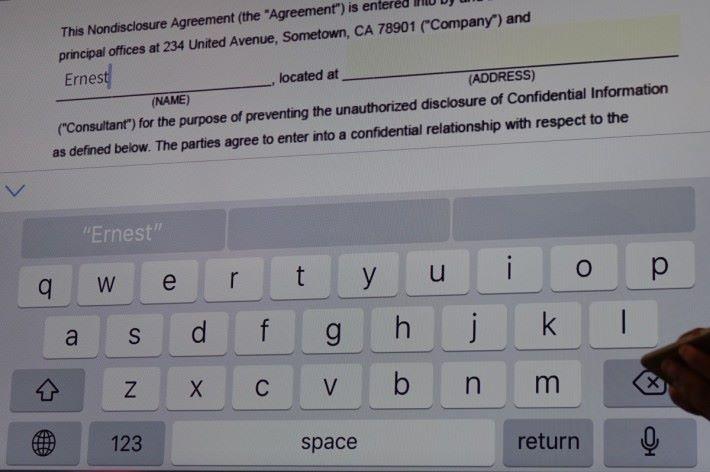 示範用 iPhone 在 PDF 文件中輸入名字。