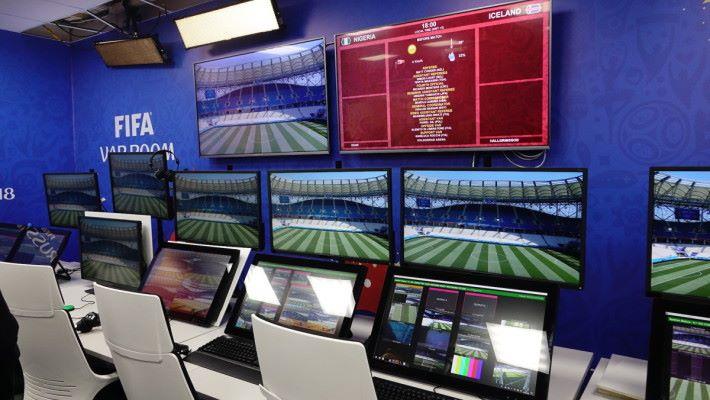 VAR 房內一組裝置有多達 達 14 個屏幕,讓團隊可以同一時間監察整個賽事。