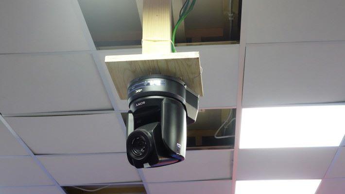 大家在電視畫面中睇到的 VAR 控制室畫面,就是用房中的一個 4K 鏡頭拍攝。