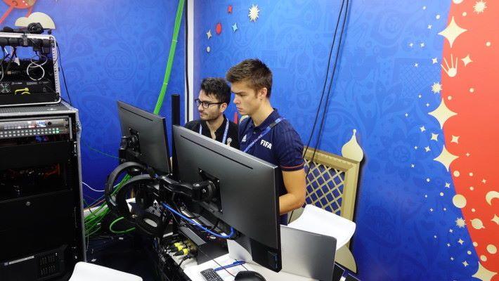 在 VAR 的鏡頭背後,會有 2 位操作人負責每場賽前準備及器材調校工作。