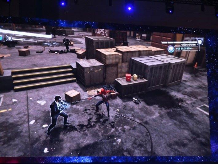 戰鬥模式類似指令攻擊,玩家也能利用蜘蛛絲纏繞敵人。