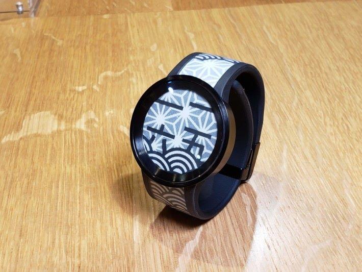 手錶簡約銀色款及高貴黑色款兩個時尚色系供選擇,其中銀色款的錶面為礦物玻璃,而黑色款則配上防反射塗層的藍寶石玻璃為錶面。