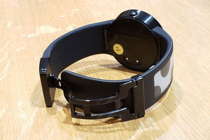 錶扣為「蝴蝶扣」設計。