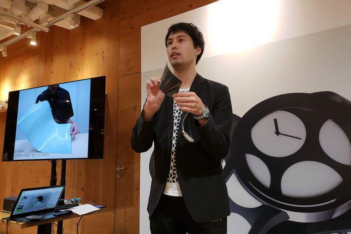 FES Watch U「話事人」Yuki Sugiue 親身來港為大家介紹這些充滿玩味的手錶有何特點,同時也展露了 Active matrix e-Paper 可摺曲的特性。