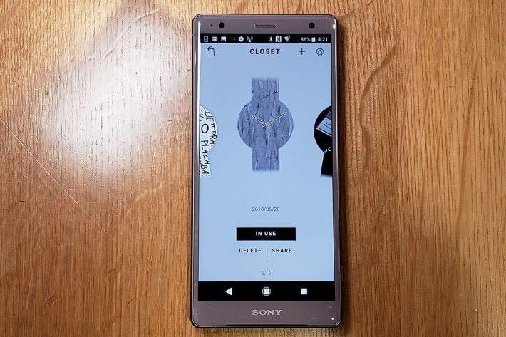 配合專屬程式《FES Closet》,就可為 FES Watch U 選擇不同花紋款式,或利用手機鏡頭拍下不同相片,設計屬於自己的款式,而手錶可儲存及顯示 24 種圖案設計。