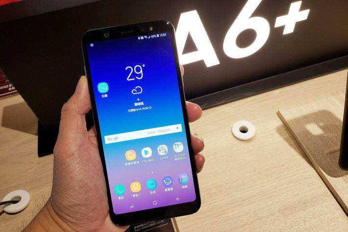 Galaxy A6+也搭載了雙鏡頭功能,此機設計就傾向 Galaxy S9 系列的外形,使用 Snapdragon 450 處理器及內置 4GB RAM 與 64GB ROM。