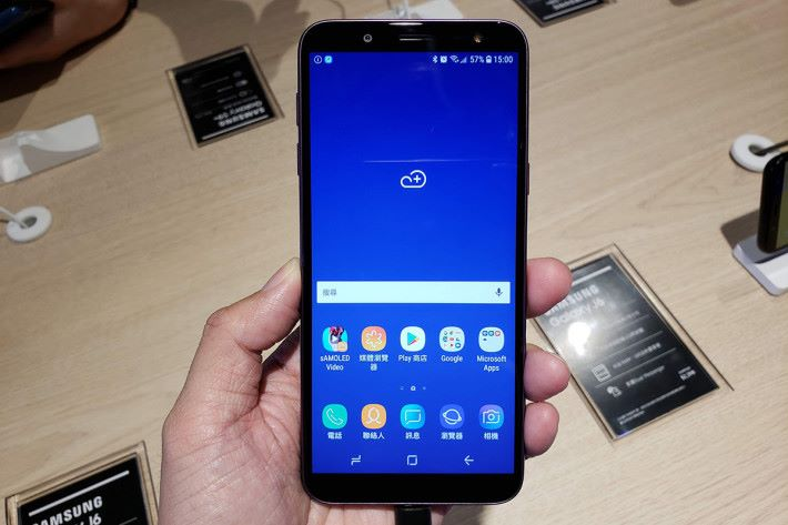 Galaxy J6 屬一款中至入門級手機,使用 Exynos 7870 八核心處理器,配備 4GB RAM、5.6 吋、18.5:9 比例的 HD+ Super AMOLED 屏幕,以及 13MP 主鏡頭等。此機售價 $2,398,6 月 29 日發售。