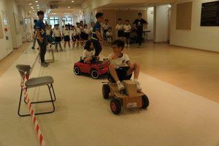 現場最受學生歡迎的相信是編程車,此車能用micro:bit控制。