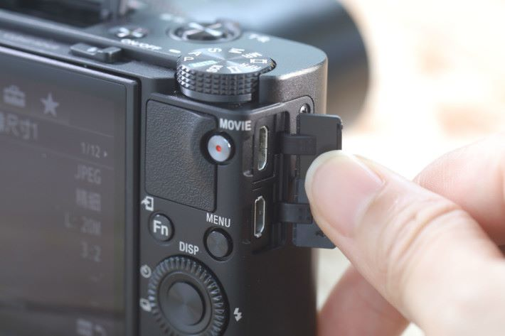 RX100 VI 設有 Micro USB 及 Micro HDMO 端子。