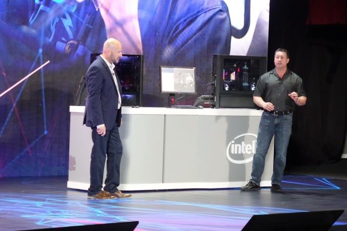 Intel 資深副總裁暨客戶運算事業群總經理 Gregory Bryant 向工程師了解,這款處理器只要單個 Socket 即可。