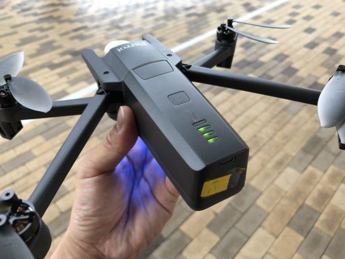 放於機尾的電池容量為 2,700mAh,最長可飛 25 分鐘,並有 USB-C 充電。
