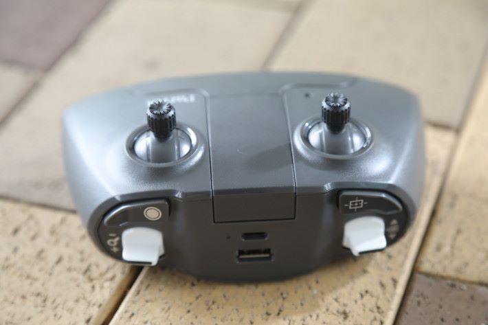 食指位左右各有快捷鍵及撥掣,但不可自訂功能。