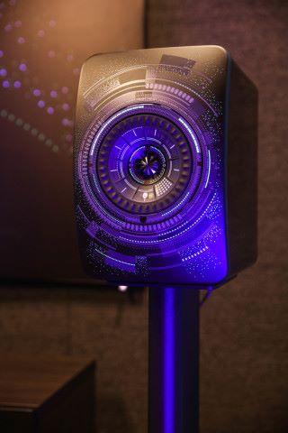 LS50 Wireless Nocturne 特別版喇叭上的獨特音符及圖案,會在添黑中隱隱透光。
