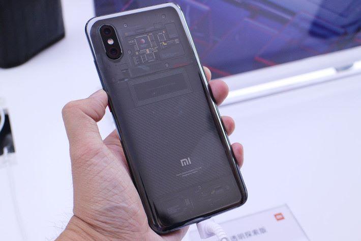 轉到機身背面,透明機背,露出了內部基板構造、小米新設計的 NFC 線圈,以及 Kevlar 紋路的電池裝飾等,非常型格!