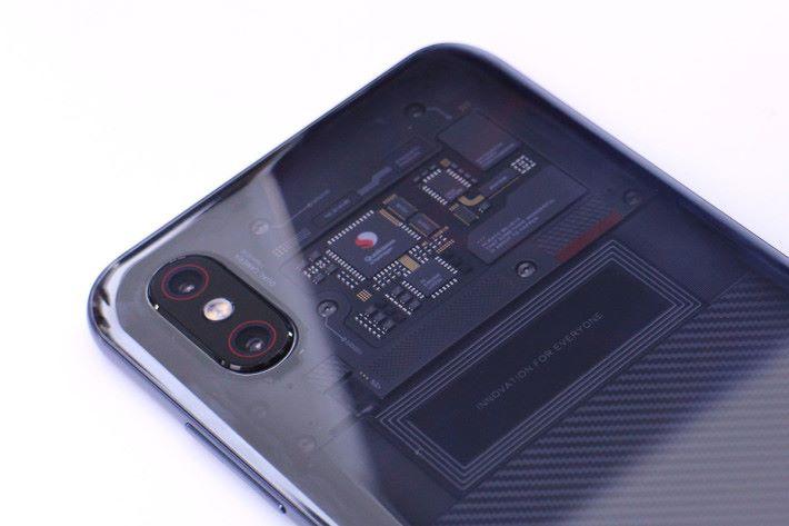 近一點看機背上半部份,露出了的基板上元件印有 Qualcomm Snapgraon 字樣,也就是 Snapdragon 845 核心所在。