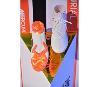 當然不少得各球星穿著的最新球靴。