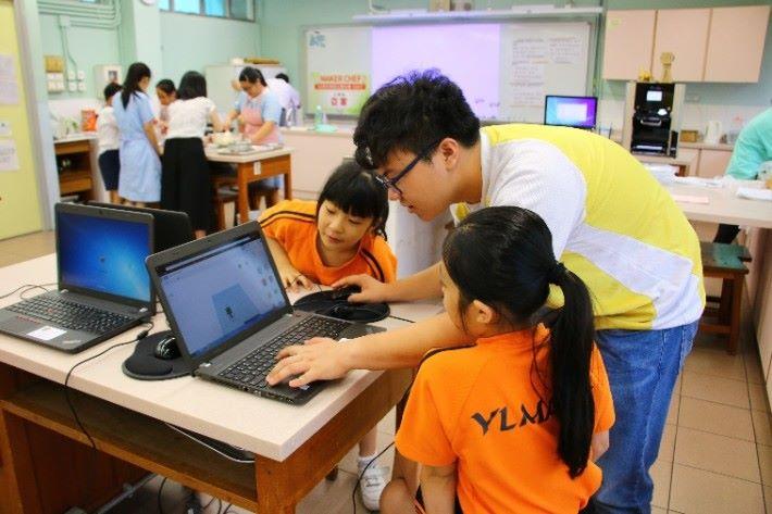 3D 食物列印活動,讓小學生們使用軟件編程,並作食物列印。
